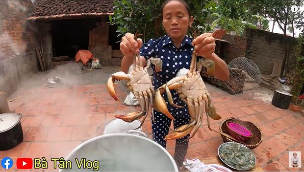 Làm món cơm hải sản, bà Tân Vlog lại làm người xem tò mò khi hấp tôm, cua, mực theo cách có 1 - 0 - 2-4