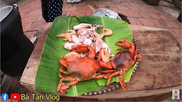 Làm món cơm hải sản, bà Tân Vlog lại làm người xem tò mò khi hấp tôm, cua, mực theo cách có 1 - 0 - 2-7