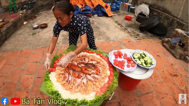 Làm món cơm hải sản, bà Tân Vlog lại làm người xem tò mò khi hấp tôm, cua, mực theo cách có 1 - 0 - 2-2
