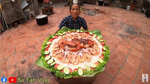 Làm món cơm hải sản, bà Tân Vlog lại làm người xem tò mò khi hấp tôm, cua, mực theo cách có 1 - 0 - 2-1
