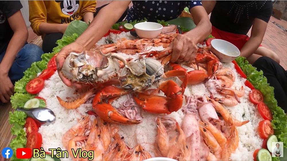 Làm món cơm hải sản, bà Tân Vlog lại làm người xem tò mò khi hấp tôm, cua, mực theo cách có 1 - 0 - 2-10