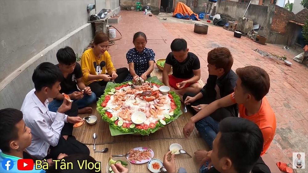 Làm món cơm hải sản, bà Tân Vlog lại làm người xem tò mò khi hấp tôm, cua, mực theo cách có 1 - 0 - 2-9