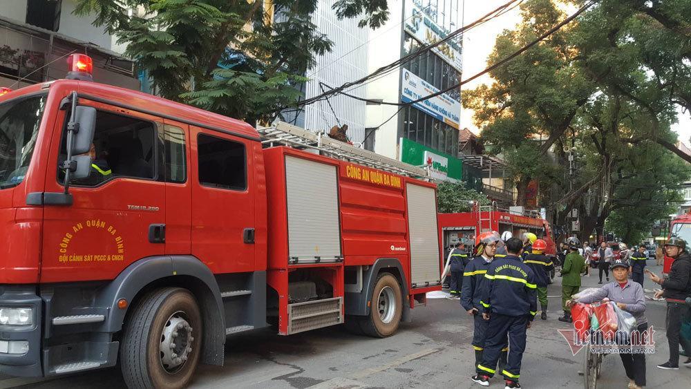 Cháy lớn quán karaoke sắp khai trương trên phố Thi Sách-2