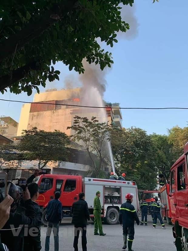 Cháy lớn quán karaoke sắp khai trương trên phố Thi Sách-4