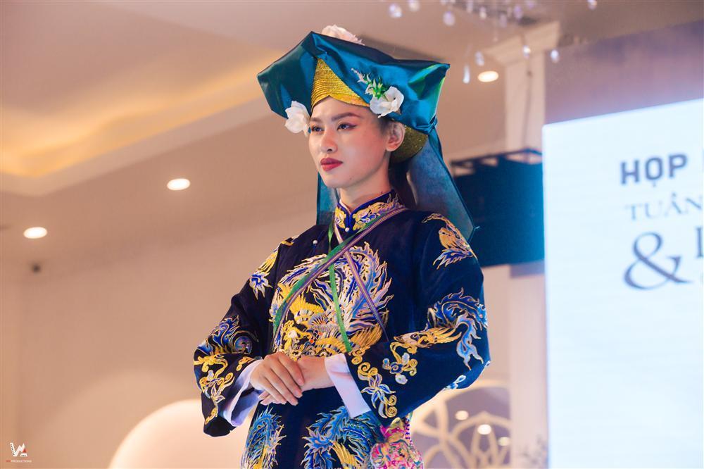 Lần đầu tiên trang phục Hầu đồng được đưa lên sàn diễn thời trang-2