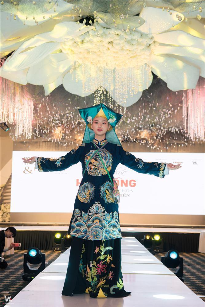 Lần đầu tiên trang phục Hầu đồng được đưa lên sàn diễn thời trang-3