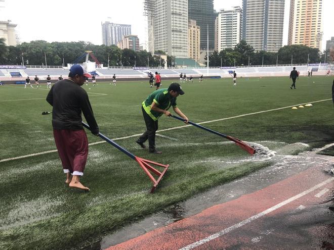 CĐV lo lắng mưa lớn ảnh hưởng đến lối chơi của U22 Việt Nam-2