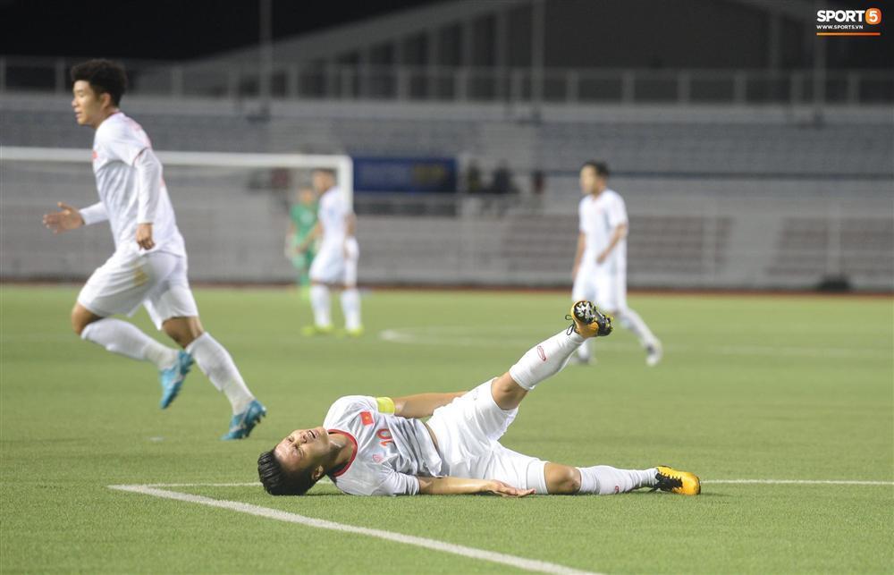 Rời sân vì chấn thương, hình ảnh Quang Hải buồn bã nhìn đồng đội thi đấu làm fans xót xa-1