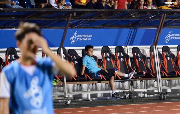 Rời sân vì chấn thương, hình ảnh Quang Hải buồn bã nhìn đồng đội thi đấu làm fans xót xa-2