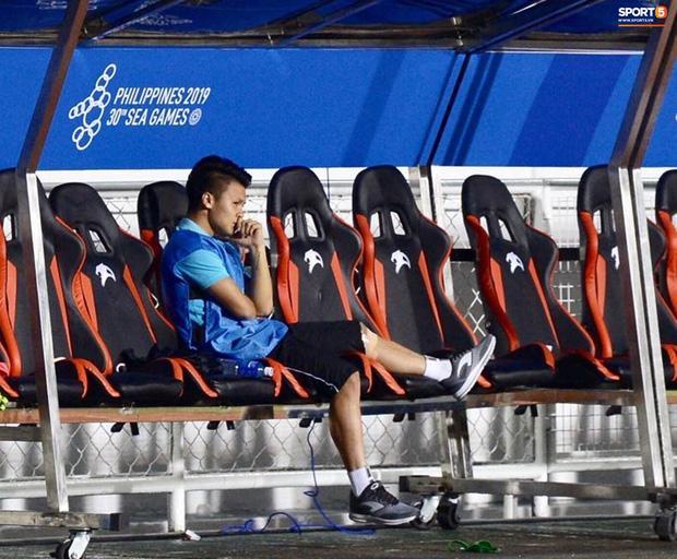 Rời sân vì chấn thương, hình ảnh Quang Hải buồn bã nhìn đồng đội thi đấu làm fans xót xa-3