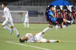 Rời sân vì chấn thương, hình ảnh Quang Hải buồn bã nhìn đồng đội thi đấu làm fans xót xa