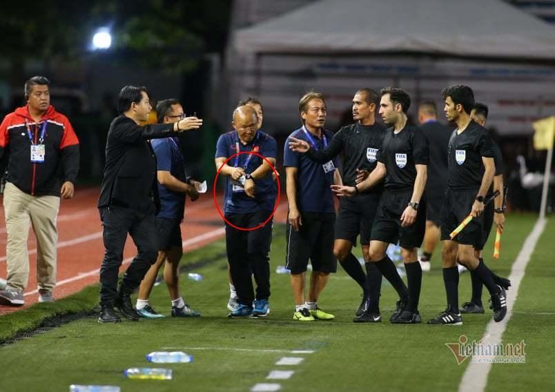 Lan truyền khoảnh khắc thầy Park nổi đóa với trọng tài vì làm U22 Việt Nam gặp bất lợi-1