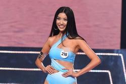 Thúy Vân lộ ngực ngay trên sân khấu bán kết Hoa hậu Hoàn vũ Việt Nam 2019
