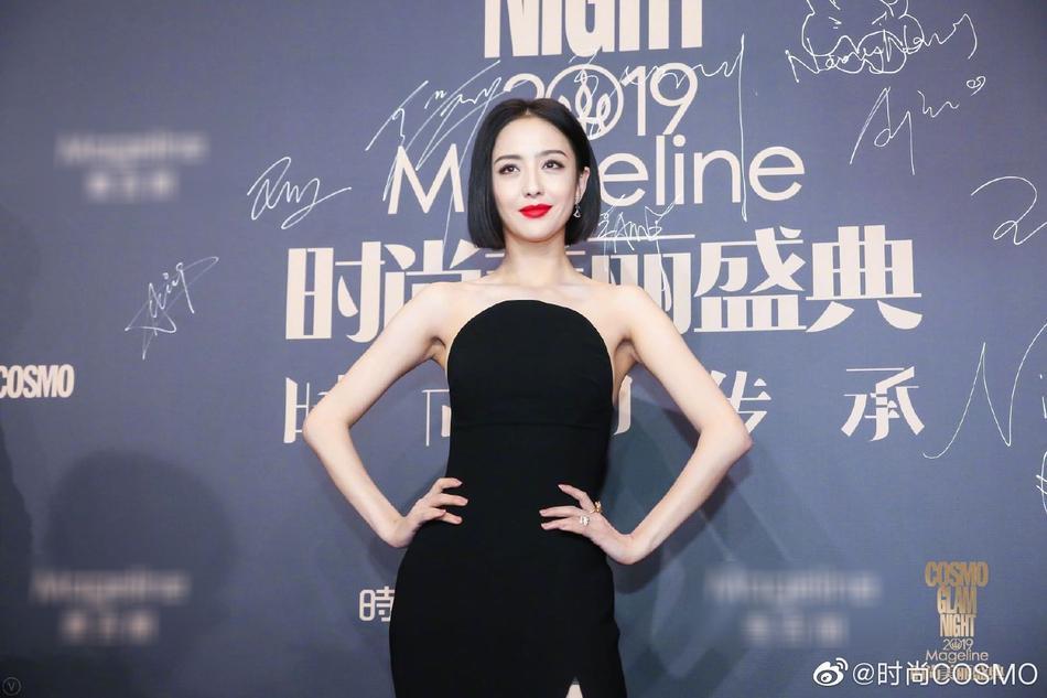 Thảm đỏ Cosmo: Địch Lệ Nhiệt Ba khoe vòng 1 bỏng mắt, Yoona lép vế dàn mỹ nhân Hoa ngữ-1