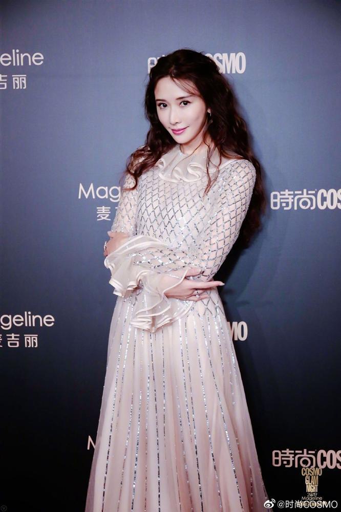 Thảm đỏ Cosmo: Địch Lệ Nhiệt Ba khoe vòng 1 bỏng mắt, Yoona lép vế dàn mỹ nhân Hoa ngữ-7