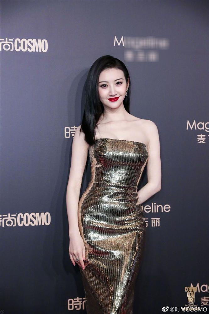 Thảm đỏ Cosmo: Địch Lệ Nhiệt Ba khoe vòng 1 bỏng mắt, Yoona lép vế dàn mỹ nhân Hoa ngữ-8