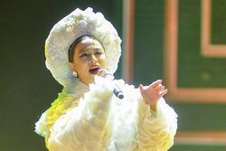 Hoàng Thùy Linh hát 'Bánh trôi nước' ở bán kết Hoa hậu Hoàn vũ
