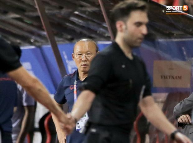 Học trò bị xử ép, thầy Park tung ánh mắt hình viên đạn về phía trọng tài trận Việt Nam - Singapore-2