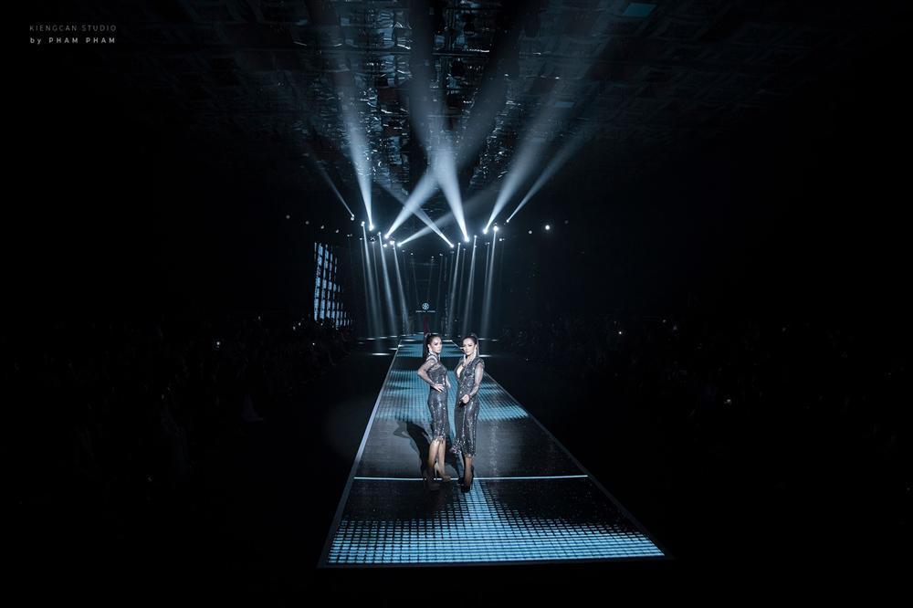 Chị em sinh đôi song hành catwalk: Thúy Hạnh ngã sấp mặt rồi cuống cuồng ôm giày, Thúy Hằng điềm nhiên bước tiếp-1