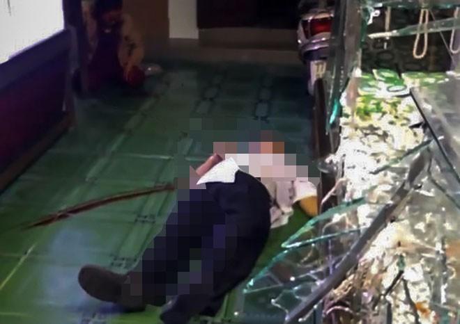 Clip: Hãi hùng nhìn tên cướp dùng búa phang vào đầu làm chủ tiệm vàng gục tại chỗ ở Bình Định-4