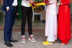 Hình ảnh đáng chú ý trong lễ ăn hỏi: Đôi giày kém duyên của cặp nam nữ bê tráp làm ai cũng ngán ngẩm