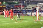 NGHIỆP QUẬT: Định chơi bẩn Việt Nam, cầu thủ Singapore bị Đức Chinh phát hiện và cái kết đau đớn