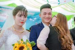 Sự thật phía sau bức ảnh chú rể bị cô gái lạ mặt hôn trong lễ cưới, cô dâu đơ người đứng kế bên