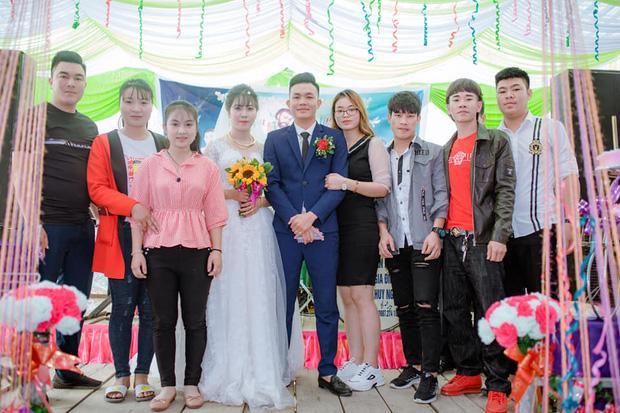 Sự thật phía sau bức ảnh chú rể bị cô gái lạ mặt hôn trong lễ cưới, cô dâu đơ người đứng kế bên-2