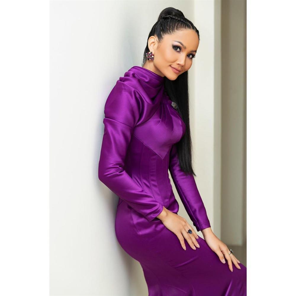 Chi tiết thú vị trên bộ đầm kín như bưng của HHen Niê khi làm host Hoa hậu Hoàn vũ Việt Nam 2019-4