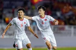 Hải Quế, Tiến Linh trêu Đức Chinh thơm, trắng khi thắng U22 Singapore