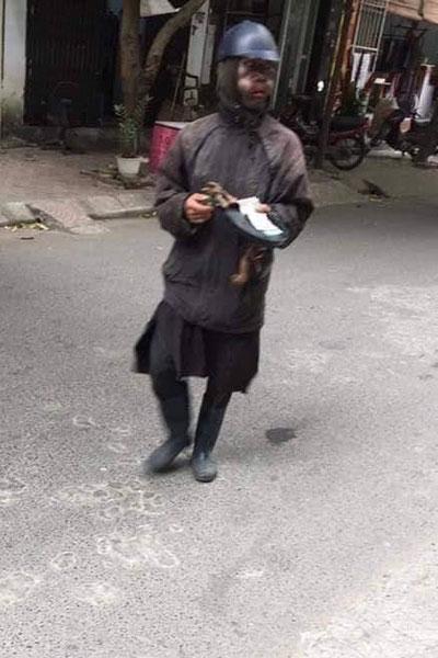 Người dân hoang mang khi bị đám người bôi mặt đen như than tổ ong, tay cầm đầu gà, xúc xích trừng mắt ăn xin-6