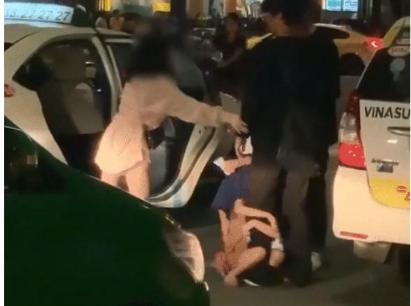 Clip: Nhóm du khách bị 2 bé gái đấm đá vì không chịu cho tiền, vừa quay đi thì nhận ngay ngón tay thối-1