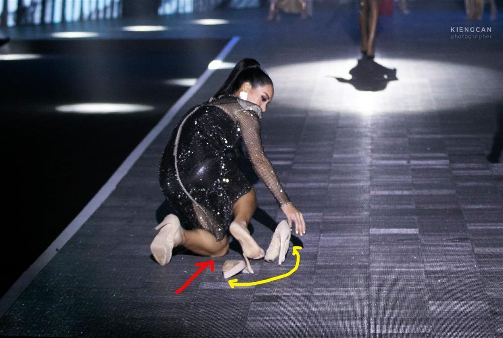 Sau cú ngã đau đớn trên sàn catwalk, Thúy Hạnh bất ngờ nhận được cơn mưa lời khen-1