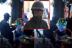 Clip: Thanh niên bức xúc vì bị kẻ 'mặc đồ đen, bôi mặt đen' bóp vùng kín dù đã cho tiền