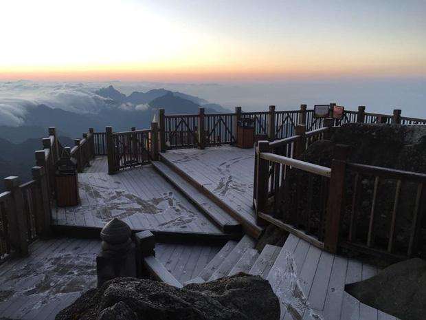 HOT: Xuất hiện băng giá phủ trắng đỉnh Fansipan, dân tình rục rịch rủ nhau cuối năm lên Sa Pa săn tuyết rơi-1