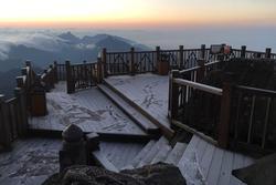 HOT: Xuất hiện băng giá phủ trắng đỉnh Fansipan, dân tình rục rịch rủ nhau cuối năm lên Sa Pa 'săn' tuyết rơi