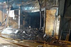 Phá cửa cứu 5 người mắc kẹt trong vụ hỏa hoạn kinh hoàng lúc nửa đêm