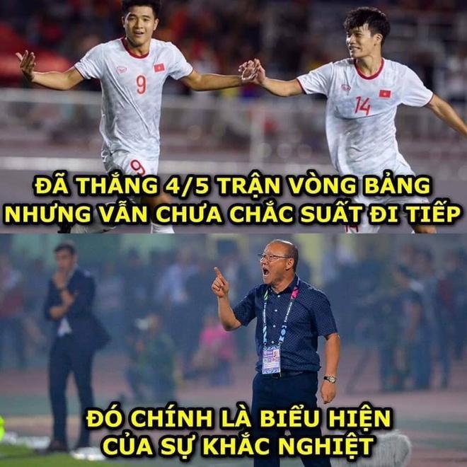 Ảnh chế bố Park bảo vệ học trò trong từng trận đấu tại SEA Games 30-4