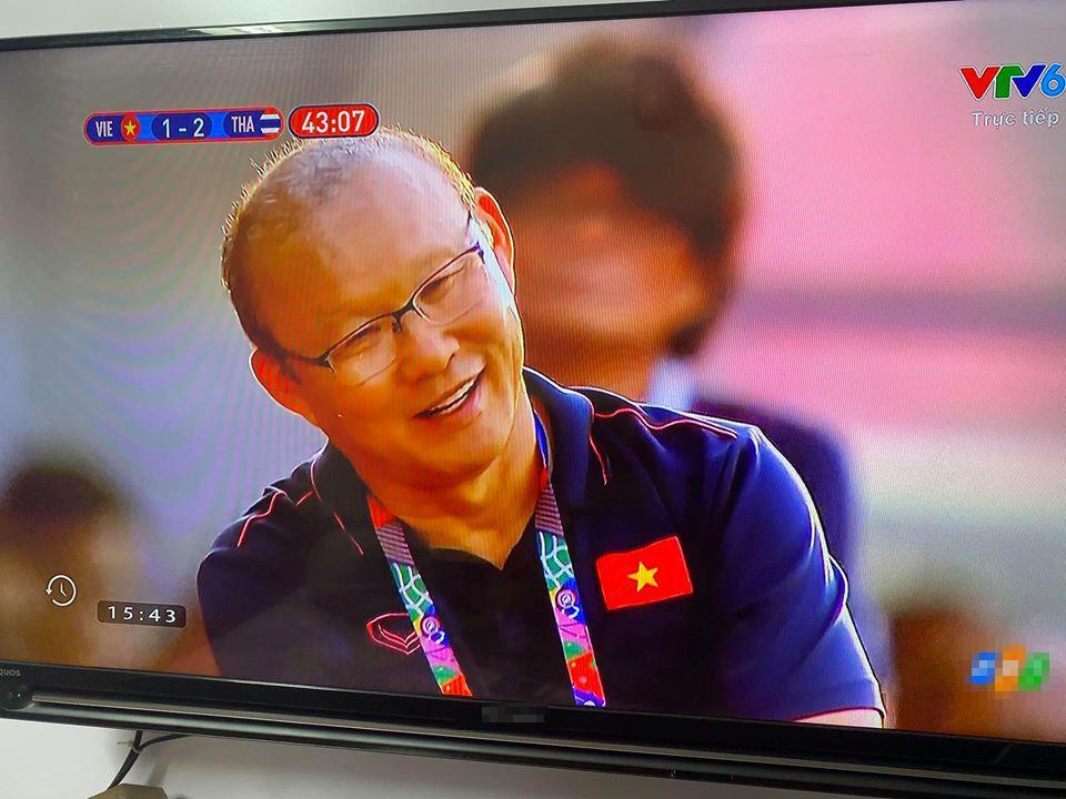 Trợ lý ăn thẻ vàng ngoài đường biên, nụ cười bí hiểm của HLV Park Hang Seo chiếm trọn spotlight-2