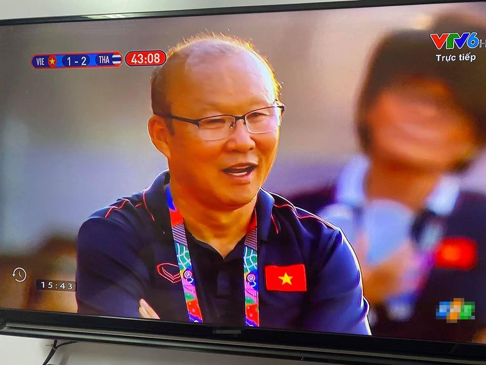Trợ lý ăn thẻ vàng ngoài đường biên, nụ cười bí hiểm của HLV Park Hang Seo chiếm trọn spotlight-3