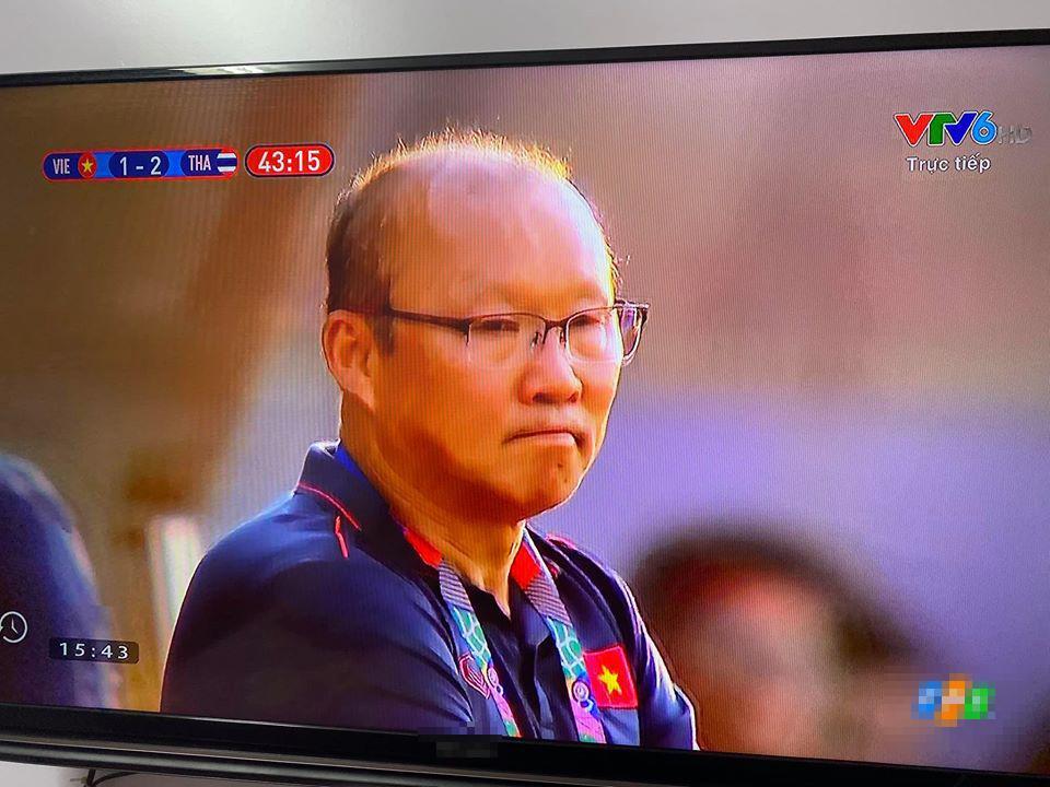 Trợ lý ăn thẻ vàng ngoài đường biên, nụ cười bí hiểm của HLV Park Hang Seo chiếm trọn spotlight-4