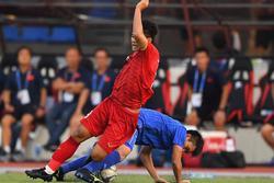 Góc ức chế: Đức Chinh đau đớn nằm sân, đối thủ vẫn ngang nhiên 'gẩy' bóng ra để đá tiếp