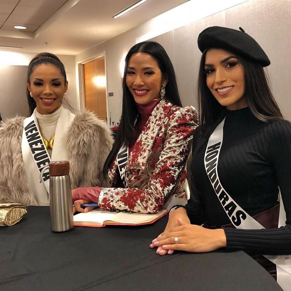 Miss Universe 2019 ngày thứ 7: Đối thủ lên đồ rực rỡ, tìm Hoàng Thùy khó như mò kim đáy bể-1