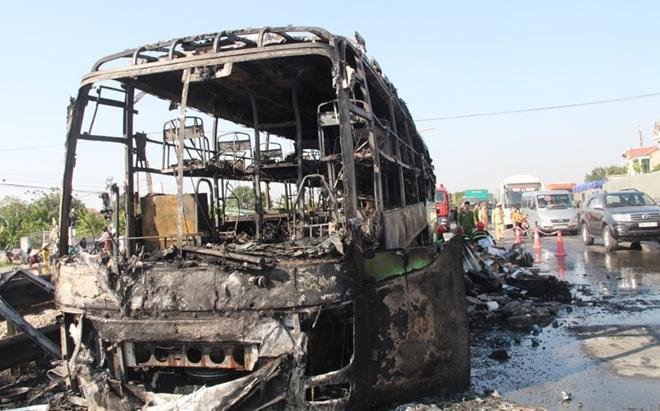 Xe khách hai tầng cháy rụi trên QL1A, 11 người thoát chết-1