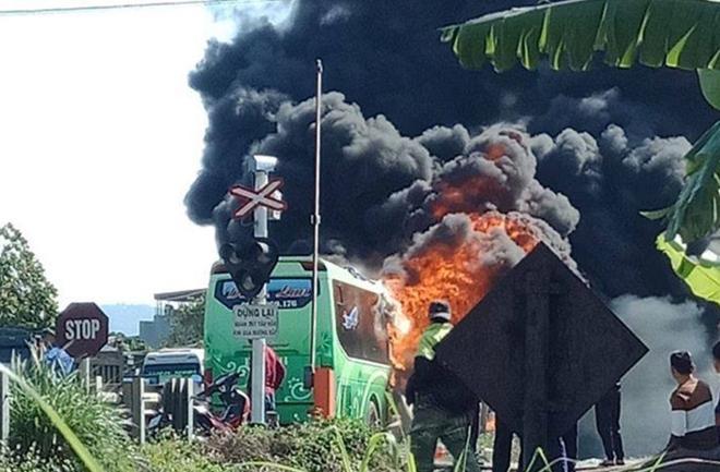 Xe khách hai tầng cháy rụi trên QL1A, 11 người thoát chết-2