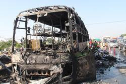 Xe khách hai tầng cháy rụi trên QL1A, 11 người thoát chết