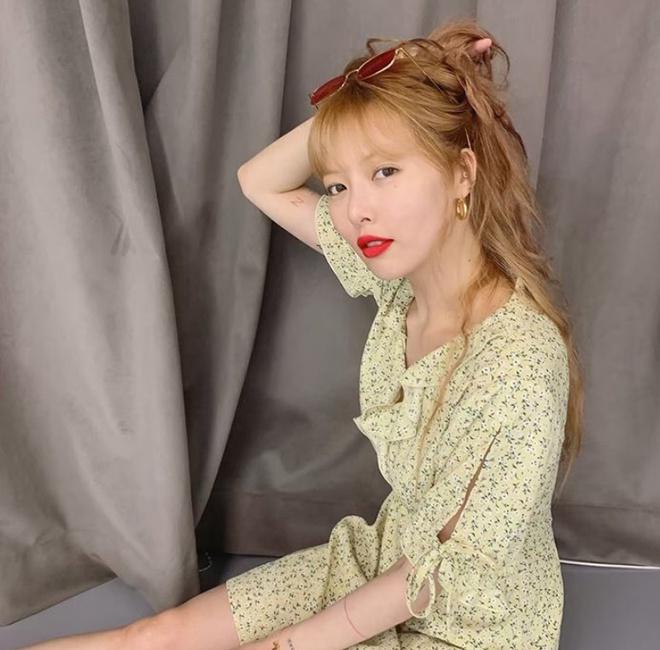 Không phải đồ hở hang, HyunA ngoài đời thích mặc váy áo hoa nữ tính-11