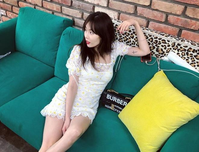 Không phải đồ hở hang, HyunA ngoài đời thích mặc váy áo hoa nữ tính-7