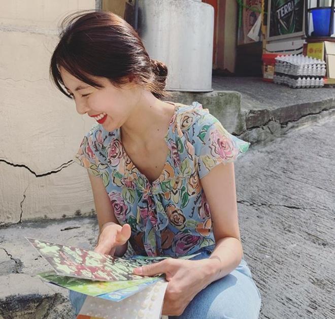 Không phải đồ hở hang, HyunA ngoài đời thích mặc váy áo hoa nữ tính-8