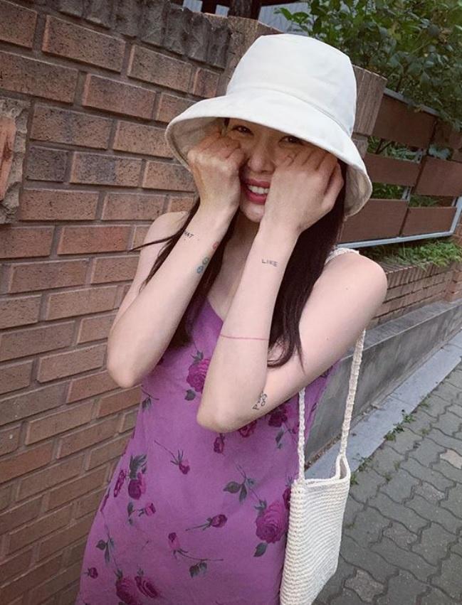 Không phải đồ hở hang, HyunA ngoài đời thích mặc váy áo hoa nữ tính-9